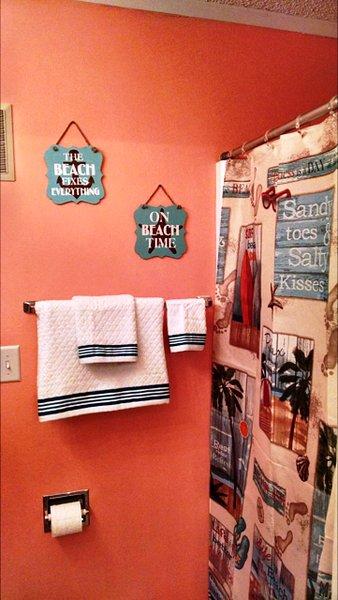 casa de banho completa com banheira, chuveiro e pia. Toalhas, panos e produtos de higiene pessoal incluídos.