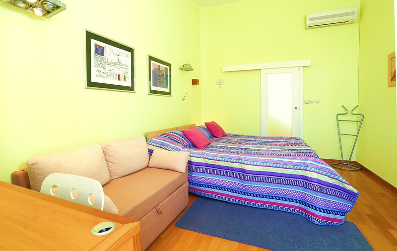 La chambre principale aparments Marmont avec divan sur étendre
