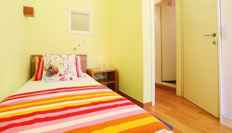 2ème chambre avec lit simple et TV