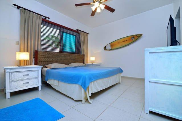 Grande salle de Kite confortable avec lit king size, smart TV, ventilateur de plafond, climatisation, mini-réfrigérateur et salle de bains insuite