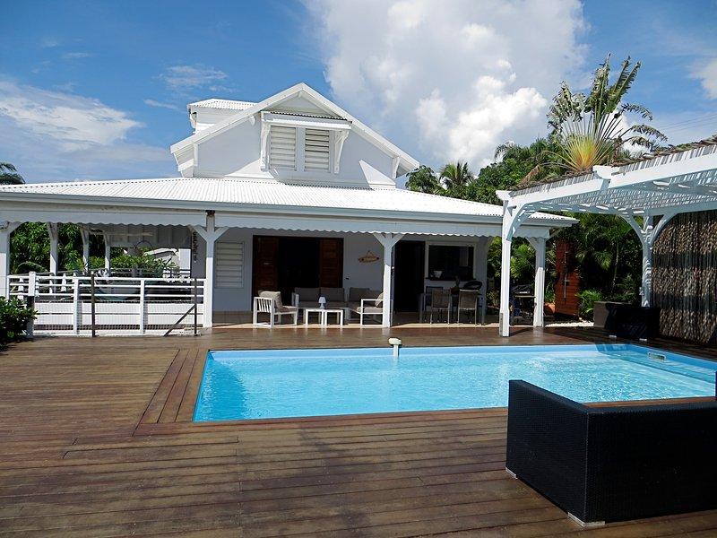 Villa Paradis, villa de standing vue mer, piscine et jacuzzi, aluguéis de temporada em Sainte-Anne