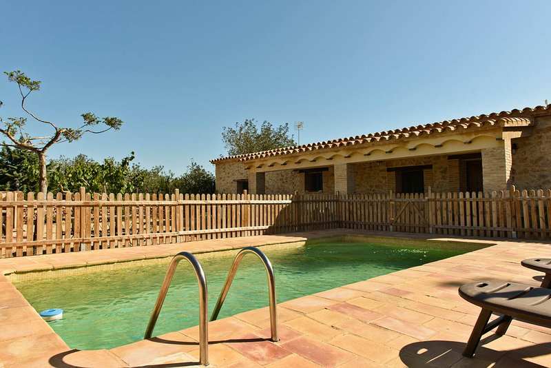 Charmante maison en pierre au milieu de la nature, piscine privée et barbecue, holiday rental in L'Ametlla de Mar