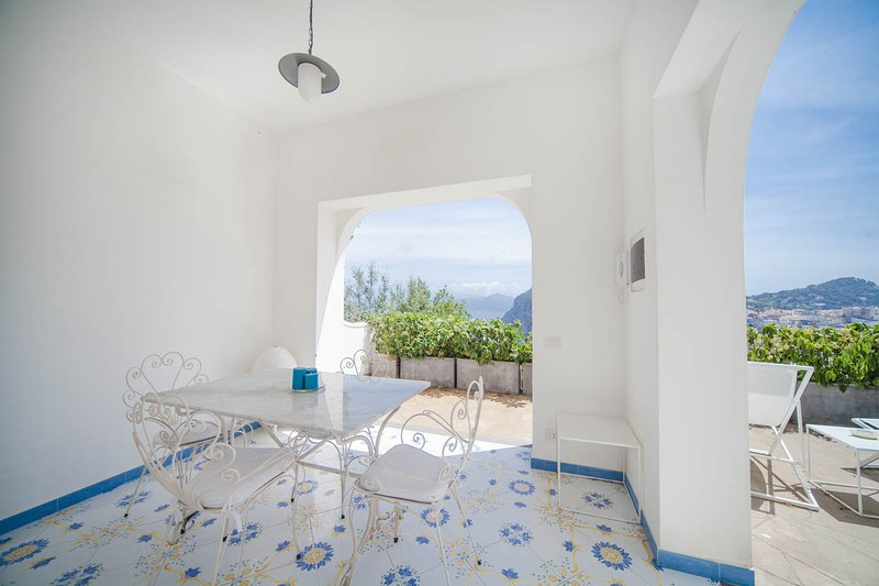 patio con mesa de comedor y gran vista al mar