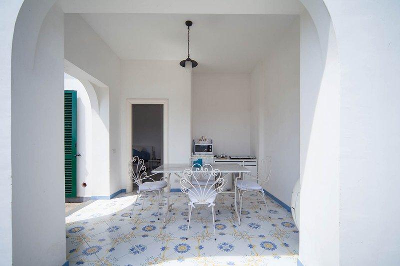 patio con zona de cocina y entrada