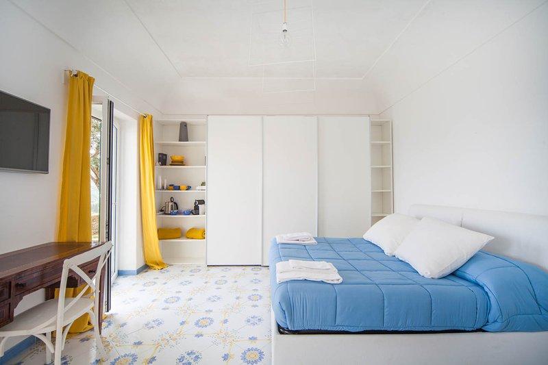 cómoda cama doble con un armario enorme, smart tv. maquina de cafe