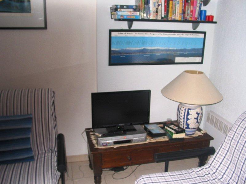 SALON = LCD TV - DVD - VHS - USB