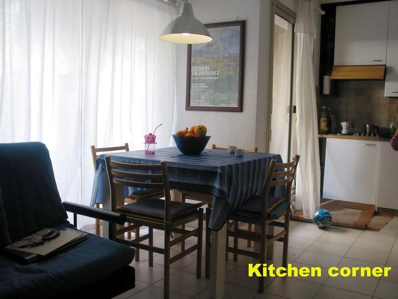 Coin Cuisine 4 plaques élect-Micro-ondes- Four pour tost- assiettes-tasses-nappes etc- Fridge