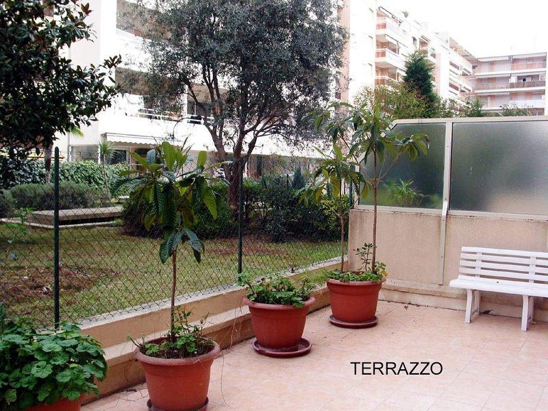 Patio: - Table - 6 chaises - Terrasse couverte par un grand auvent