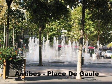 Cette place est la ville avec coeur = ses fontaines, ses jeux d'eau et sa brasserie. ...