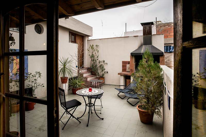 Unique Roof top Loft with huge sunny terrace & BBQ, location de vacances à Cuyo