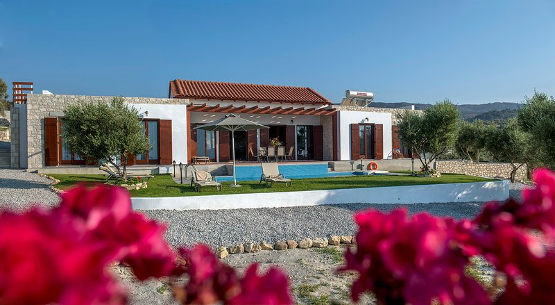 Villa Kyria - Luxury Villa with Stunning Views & Calming Atmosphere, holiday rental in Kirianna
