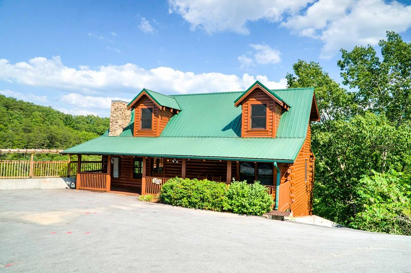 Beautiful 4 Story Luxury Cabin, Hot Tub, Gas Grill, Fireplace, easy level access, no stairs
