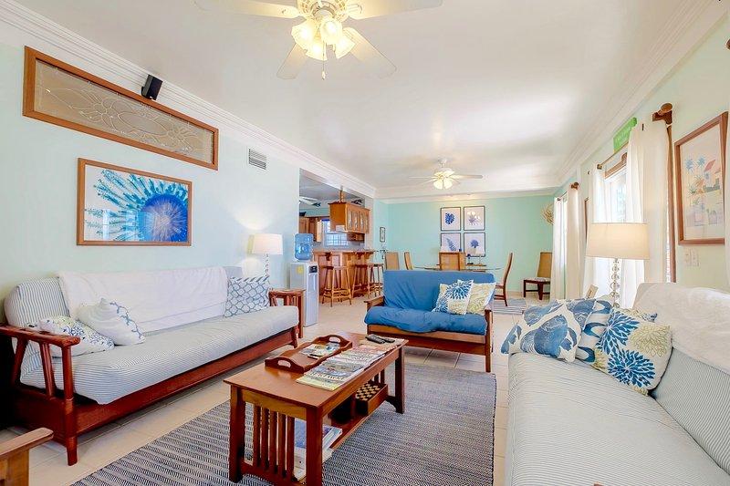 Wohnzimmer mit zwei Queen Futons; Doppeltüren zum Recht auf Veranda