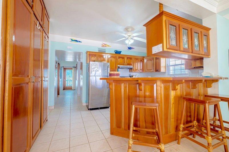 Voll ausgestattete Küche mit Theke Sitz ausgestattet; Halle Schlafzimmer