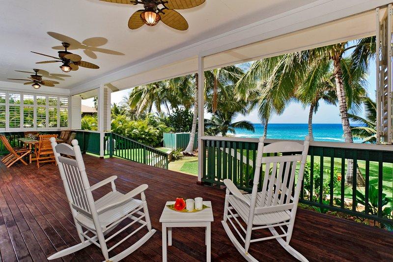 Disfrute de su vista frente al mar desde la terraza cubierta del Makaha Hale.
