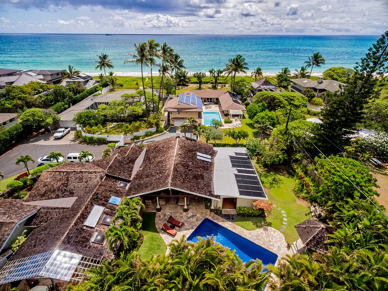 Luchtfoto, huis, tuin en de nabijheid van het strand. Minder dan een minuut lopen naar het zand!