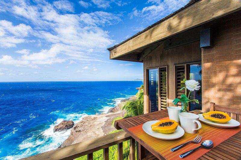 Table de petit déjeuner sur véranda en plein air avec une vue.