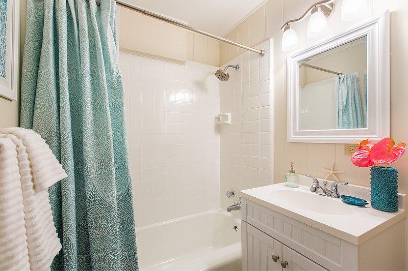 Hall badrum för master och tvåbäddsrum.