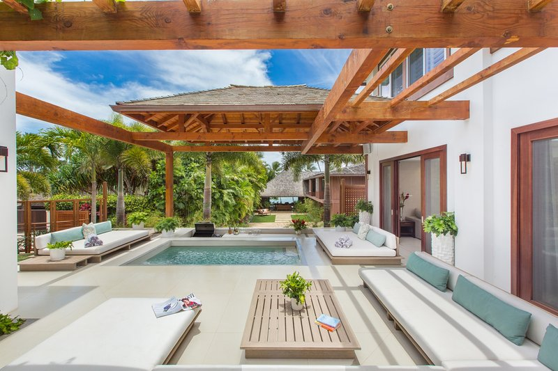 Jacuzzi Lounge Lani with step bar area pit! Added bonus, if you rent the front house in combination with this back house, the gate between the two properties can be opened!