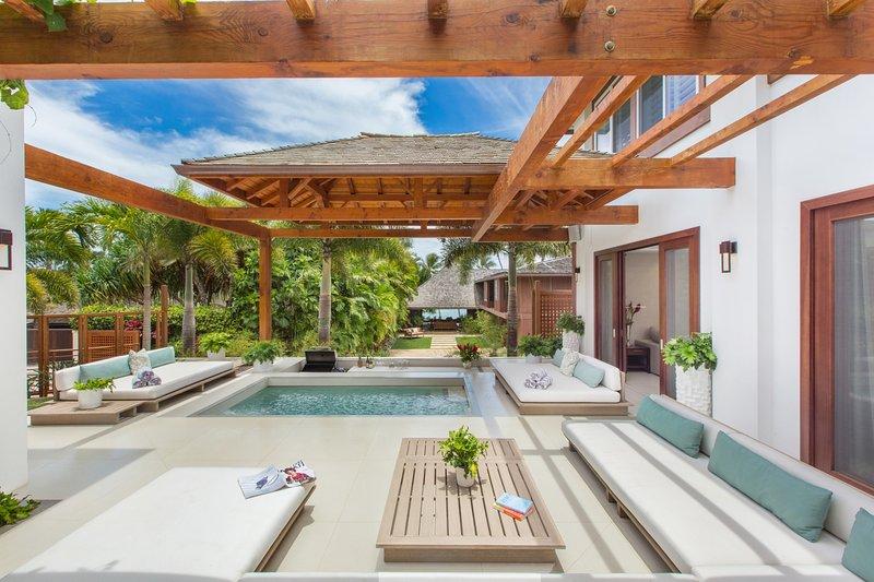Jacuzzi Lounge Lani com poço de área de barra de passo! Bônus adicionado, se você alugar a casa da frente em combinação com esta casa de volta, o portão entre as duas propriedades pode ser aberto!