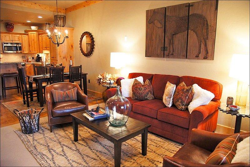 Sala de estar com sofá-cama queen adjacente sala de jantar e cozinha