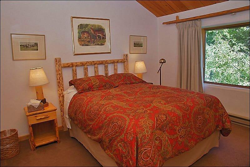 Amplio dormitorio principal - cama de matrimonio, techos abovedados.