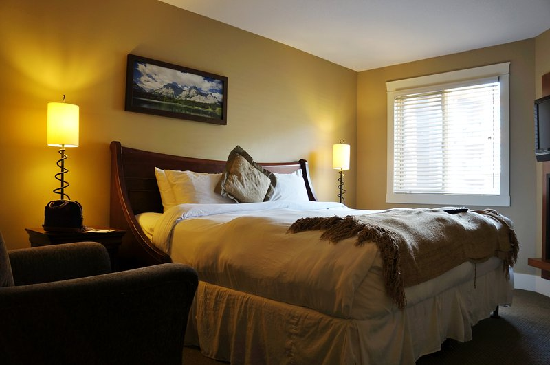 Luxury Retreat at Solara Resort, holiday rental in Canmore