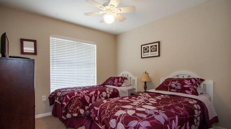 Bedroom,Indoors,Room,Home Decor,Quilt