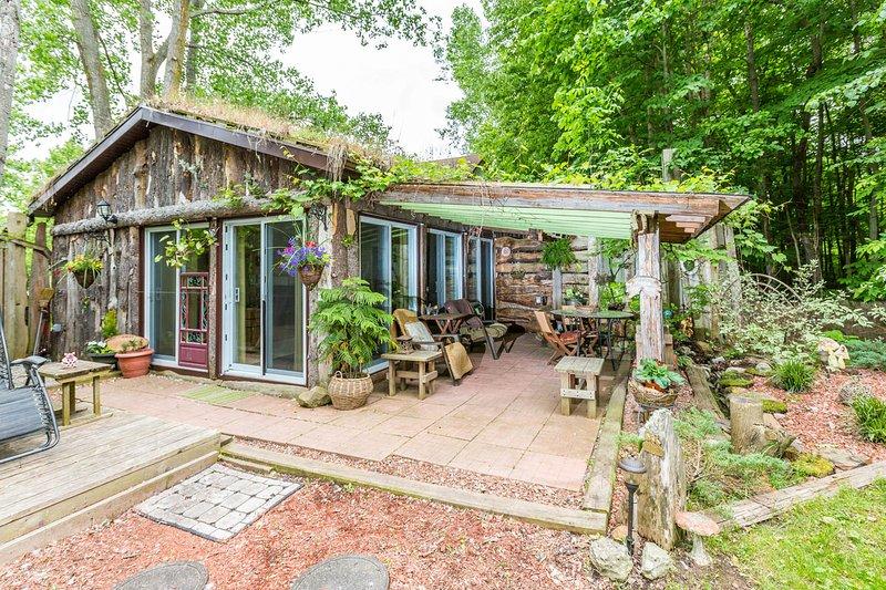 600 sq ft. Cottage self catering. Visualizzazione del bosco, patio privato e giardino e gli animali