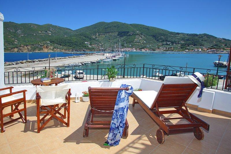 Villa Yiannoula with magnificent sea view and Skopelos harbour 30m from the sea, location de vacances à Ville de Skopelos