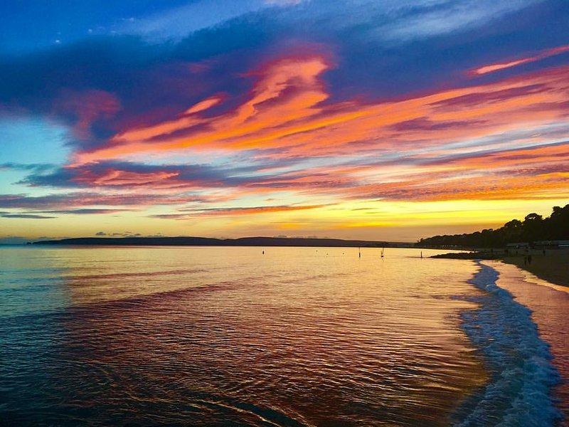 Puesta de sol sobre la playa Alum