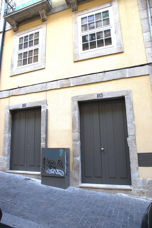 puerta de entrada de nuestro edificio (a la derecha)
