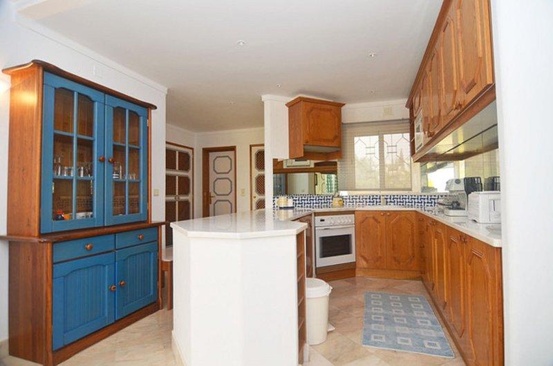 Gut ausgestattete Küche cw Spülmaschine