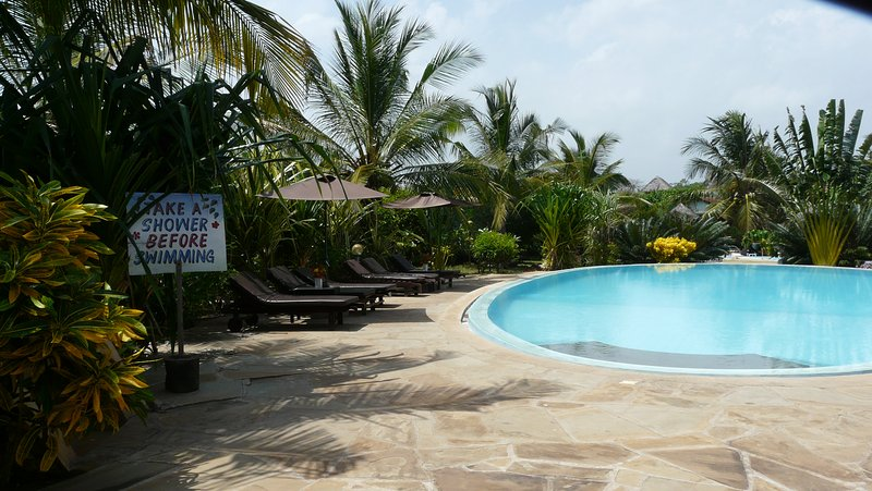 Cottage with Swimming Pool, Bar and Restaurant close to the beach, holiday rental in Diani Beach