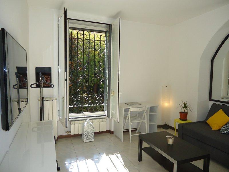 Chambre privée avec salle de bains privée - Grand, Nouveau, confortable canapé-lit et TV grand