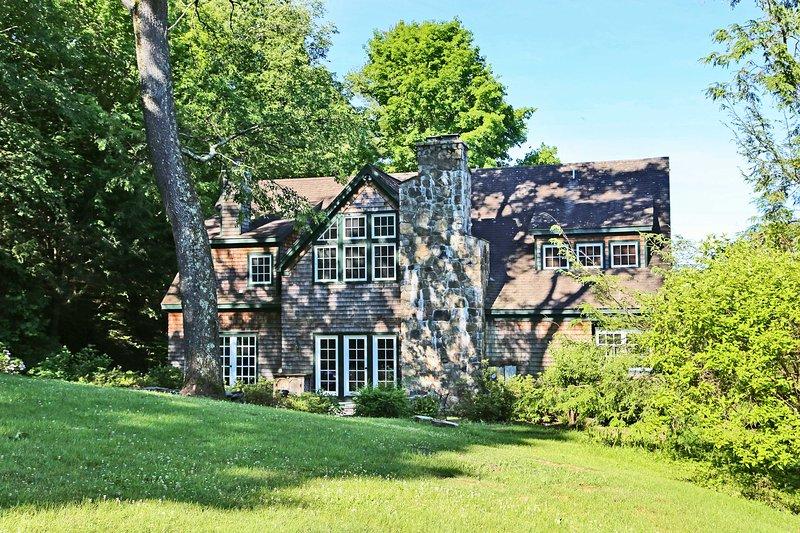 vegetazione lussureggiante circonda la bella casa.