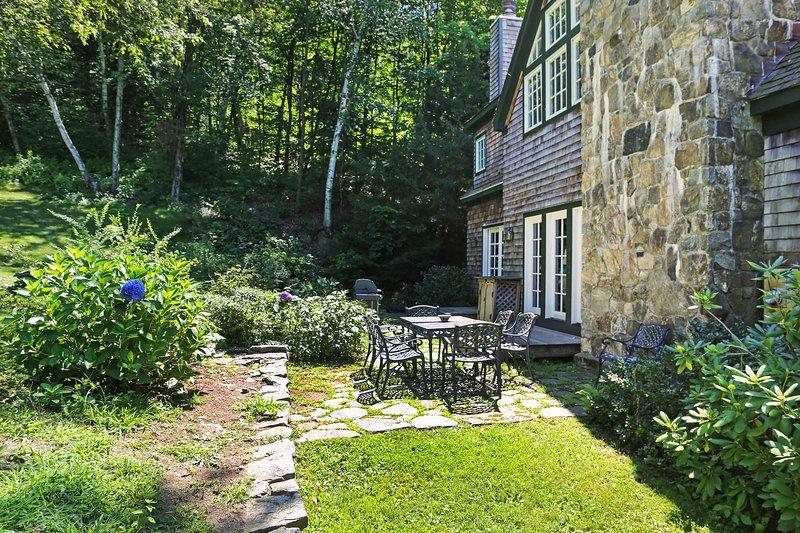 La casa cuenta con un patio encantador para comer al aire libre.