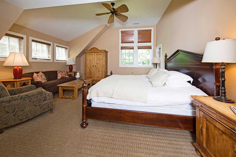 Rannicchiarsi in questo letto matrimoniale per sonni tranquilli.