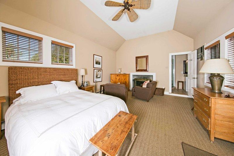 Il ventilatore a soffitto è sicuro di mantenere la pelle fresca, mentre alla deriva fuori per dormire.