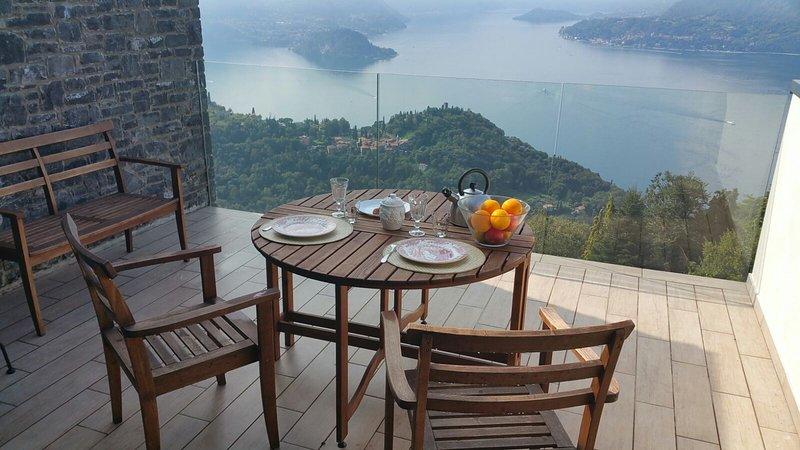 Desayuno en la terraza del apartamento con vistas a Bellagio