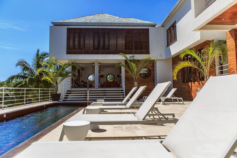 Luxe Modern Six-bedroom Cocosan Villa, Access to Geejam Hotel, holiday rental in Port Antonio