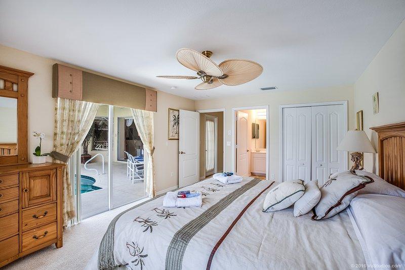 El segundo dormitorio principal con cama de matrimonio