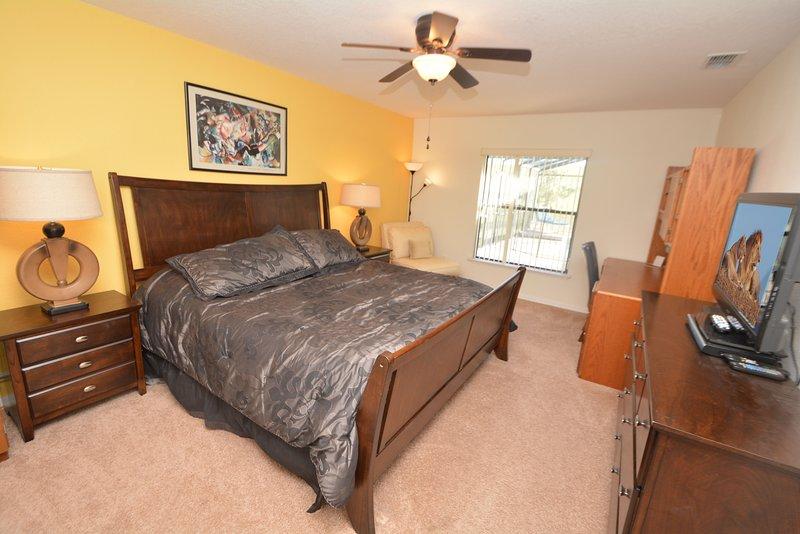 Slaapkamer 1 (beneden) met king size bed, flatscreen TV & DVD