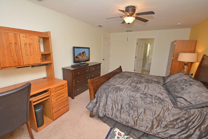 Master bedroom 1 toont een bureau met printer en shredder