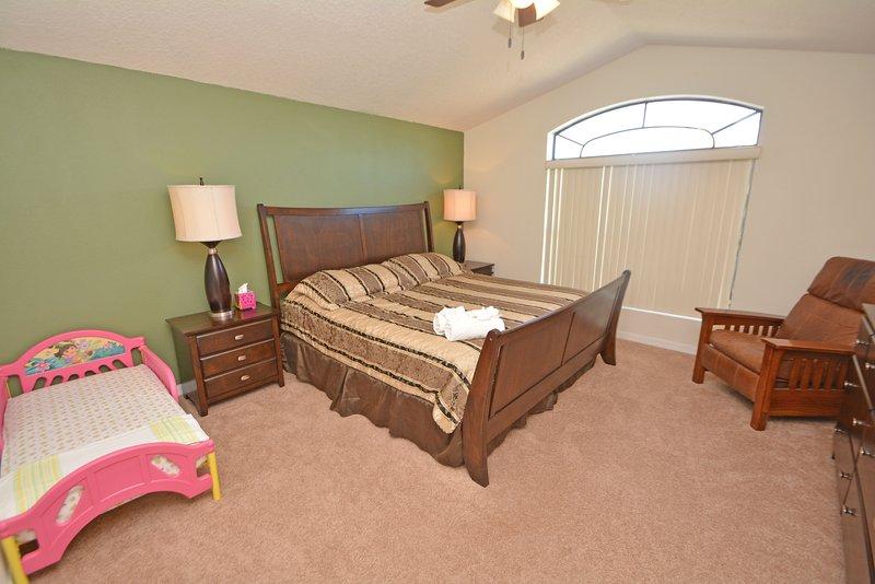 Slaapkamer 2 heeft een kingsize bed, flatscreen TV & DVD, peuter bed en-suite badkamer