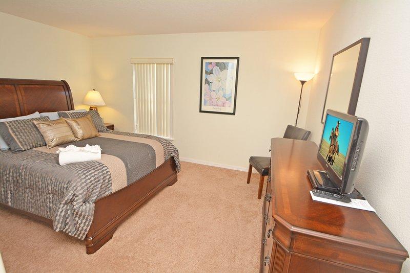Slaapkamer 3 heeft een queen bed en een flatscreen TV & DVD