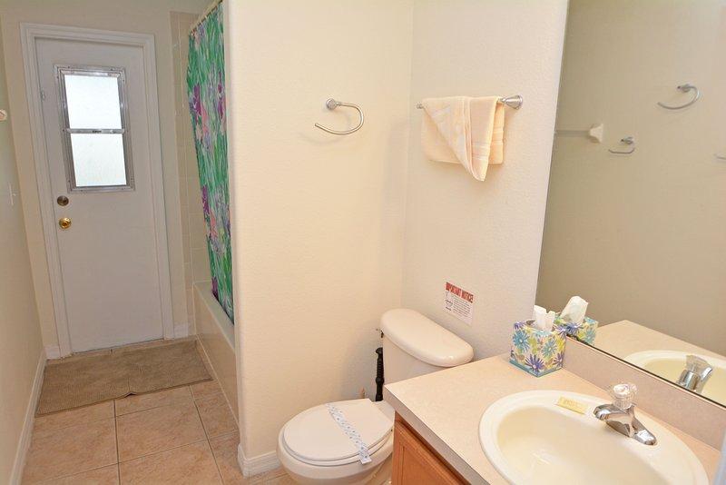 Familie badkamer met deur naar het zwembad