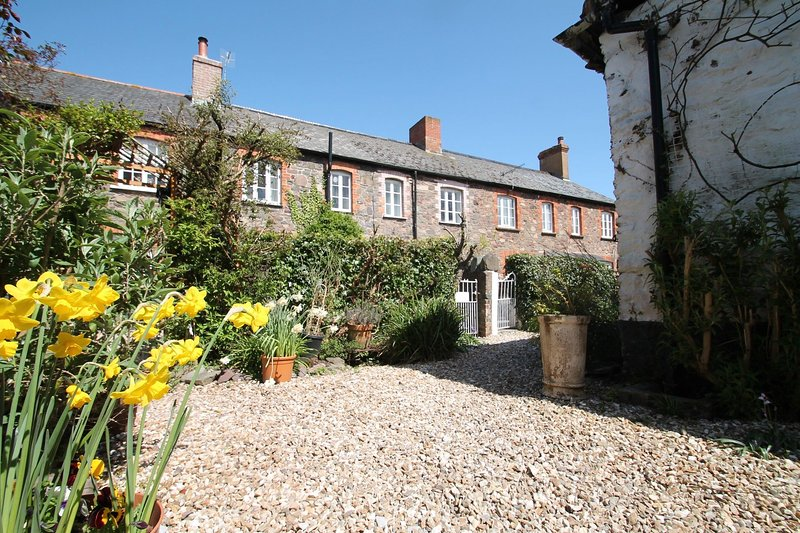Grace Cottage, Porlock - Lovely village location - Sleeps 4 - Exmoor National Pa, holiday rental in Porlock