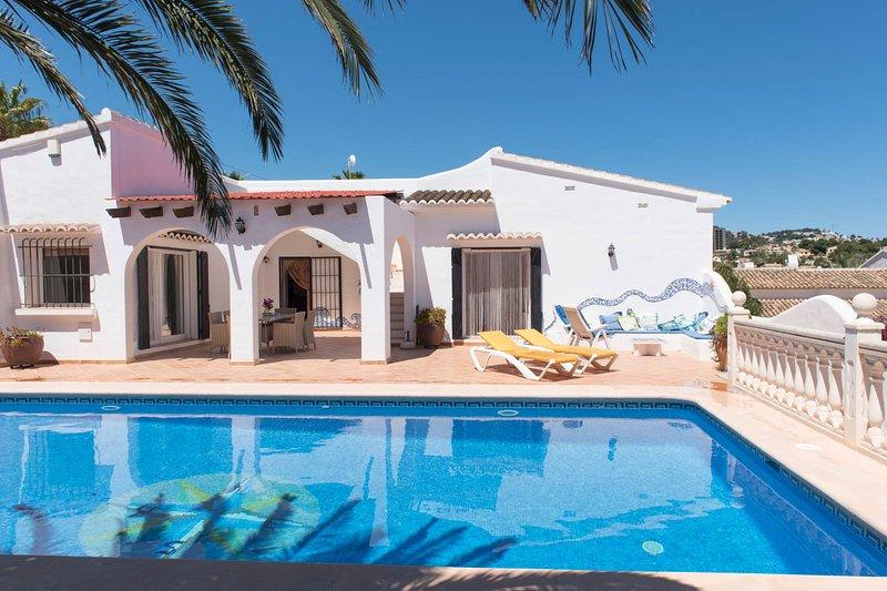 Vista de la propiedad con tumbonas de la piscina de natación y el sol situados en el Sur