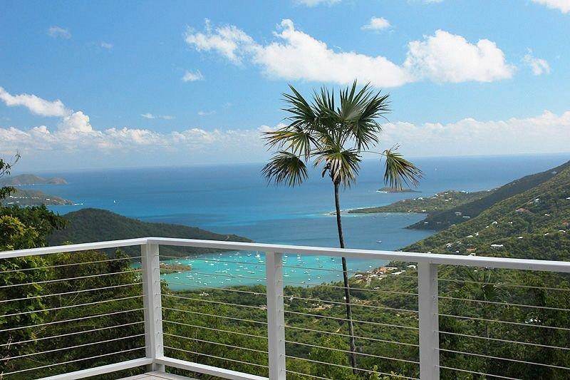 Aria ist mit einer außergewöhnlich privaten Lage gesegnet, die atemberaubend schöne Aussicht auf Coral Bay und das östliche Ende von St. John bietet